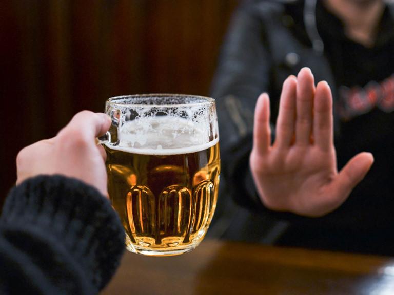 Không sử dụng thuốc với người hay uống rượu , bia